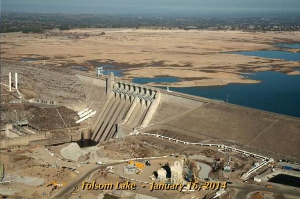 A kiszáradt Folsom-tó 2014-ben. Kalifornia egyik stratégiai jelentőségű ivóvízbázisa.Forrás: NASA